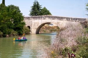Puente y canoa